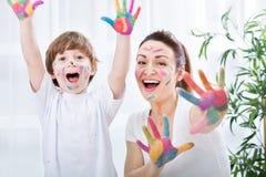 Kindermalerei mit Mama Stockfotografie