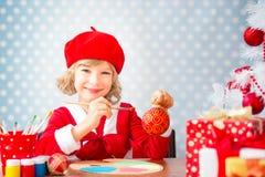 Kindermalerei Weihnachtsdekorationen lizenzfreies stockfoto