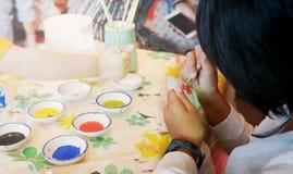 Kindermalereiblume auf Schüssel lizenzfreies stockbild