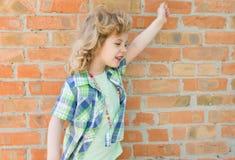 Kindermädchen, das mit glücklichem Ausdruck schreit Lizenzfreie Stockfotos