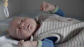 Kindermeisje dat de Baby voedt stock footage