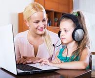 Kindermeisje en meisjes speelcomputerspel Royalty-vrije Stock Foto's