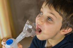 Kindernehmen Atmungs, Inhalationstherapie Stockfoto