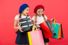 Kindernette kleine Mädchen auf Einkaufsausflug Bester Preis Kauf jetzt Besuchseinkaufszentrum Kindermädchen halten Bündeleinkaufs lizenzfreie stockfotos