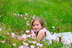 Kindernettes Mädchen auf Frühlingswiese mit Mohnblume blüht Lizenzfreies Stockfoto