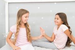 Kindernettes Spielschlafzimmer Großer Tagesbeginn Glückliche Kindheitsmomente Freude und Glück glücklich zusammen Kinder lizenzfreie stockfotografie