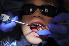 Kinderpatient, der ihre Zähne vom Spezialistenzahnarzt überprüfen lässt Stockfotos