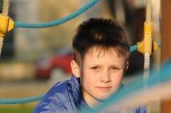 Kinderporträt auf Spielplatz stockfotografie
