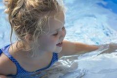 Kinderporträt im Pool Lizenzfreie Stockfotos
