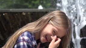 Kinderporträt, welches das Lachen durch Brunnen in Park-lächelndem Mädchen-Gesicht 4K im Freien spielt stock video