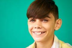 Kinderporträt Latino-Jungen-lächelndes glückliches lustiges hispanisches Kind Stockbild