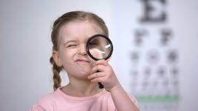 Kinderprüfungsvision mit Vergrößerungsglas, Diagnose der Hornhaut, Sehvermögenkrankheit stock video