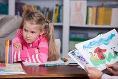 Kinderpsychologe bespricht sich, ein kleines Mädchen zu zeichnen Stockfotos