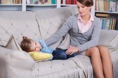 Kinderpsychologe mit einem kleinen Mädchen Lizenzfreie Stockfotografie