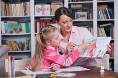 Kinderpsychologe mit einem kleinen Mädchen Stockfotografie