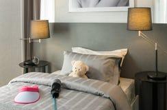 Kinderraum mit Puppenbären und Kissen auf Bett Stockfotografie