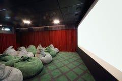Kinderraum mit weichen grünen Sitzen im Kino Stockbilder