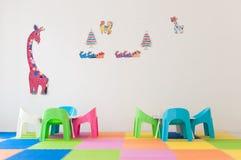 Kinderraum verziert mit Regenbogenfarbe Lizenzfreies Stockbild