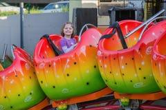Kinderreiten auf einer Achterbahn Lizenzfreie Stockfotografie