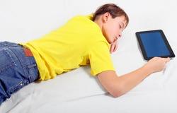 Kinderschlaf mit Tablet-Computer Stockbilder