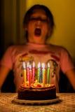 Kinderschlag auf Geburtstagskerzen stockfoto