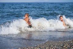 Kinderschlag durch Welle Lizenzfreie Stockfotos