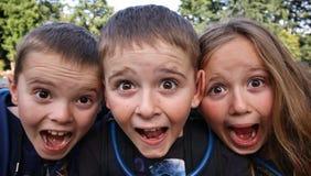 Kinderschließen glückliche Spaß-Gesichter oben Lizenzfreie Stockfotografie