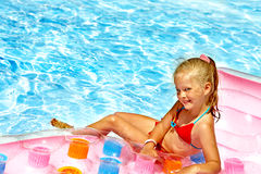Kinderschwimmen auf Strandmatratze. Stockfotografie