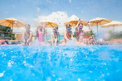 Kinderschwimmen im Pool stockfoto