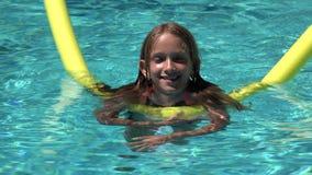 Kinderschwimmen im Pool, lächelndes Kind, glückliches kleines Mädchen-Porträt Sommer-Ferien genießend stock video
