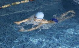 Kinderschwimmer im Swimmingpool stockbild