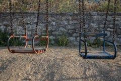 Kinderschwingen mit einer Kette in einem Spielplatz lizenzfreie stockfotos