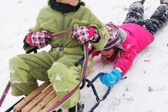 Kinderspaß auf dem Schnee Stockbilder