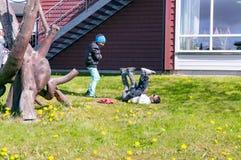 Kinderspiel auf dem grünen Gras lizenzfreie stockbilder