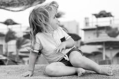 Kinderspiel auf Sand Kleiner Junge sitzen auf tropischem Strand Sommertätigkeit auf Strand Ferien, Freizeit und entspannen sich K Stockfotos