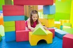 Kinderspiel Baubauklötze Kinderspielwaren Stockfoto