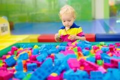 Kinderspiel Baubauklötze Kinderspielwaren Stockfotografie