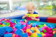 Kinderspiel Baubauklötze Kinderspielwaren Stockfotos