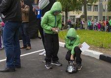 Kinderspiel im Roboter auf der Straße Stockfoto