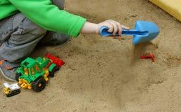 Kinderspiel im Sandkasten Stockbild
