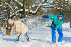 Kinderspiel im schneebedeckten Waldkleinkind scherzt draußen im Winter Freunde, die im Schnee spielen Weihnachtsferien für Famili stockbild
