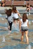 Kinderspiel im Stadtbrunnen in Lublin, Polen stockfoto