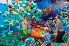 Kinderspiel mit dem Trickzeichner in dem Unterhaltungszentrum Kinderspiel im Pool mit weichen Würfeln Tscheboksary, Russland, 10/ stockbilder
