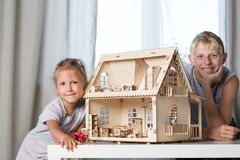 Kinderspiel mit einem Puppenhaus Stockbilder