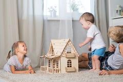 Kinderspiel mit einem Puppenhaus Lizenzfreie Stockfotografie