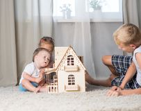 Kinderspiel mit einem Puppenhaus Lizenzfreies Stockbild