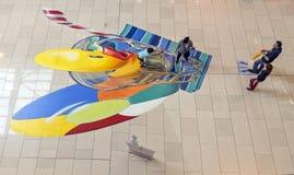 Kinderspiel mit an gemalt dem Boden Lizenzfreie Stockbilder