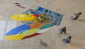 Kinderspiel mit an gemalt dem Boden Lizenzfreies Stockfoto
