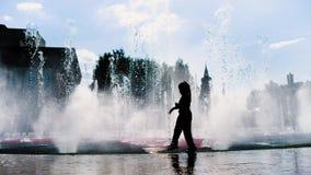 Kinderspiel nahe dem Brunnen stock video footage