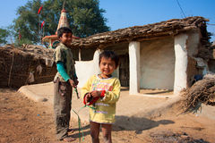 Kinderspiel nahe den Schlammdorfhäusern Lizenzfreies Stockfoto